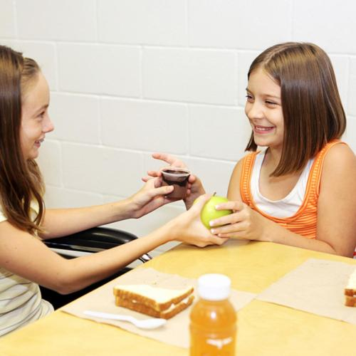 kids-swapping-lunch